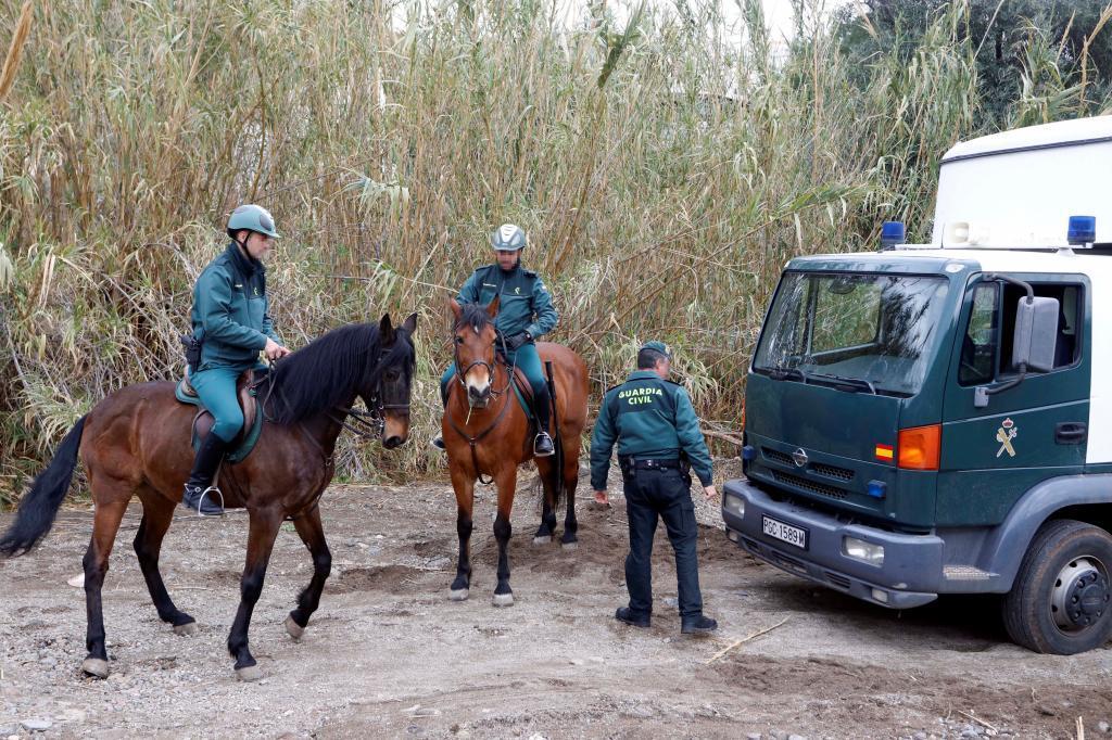 Agentes a caballo de la Guardia Civil buscan a Gabriel Cruz.