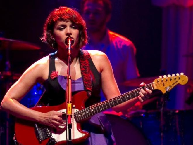 La cantante estadounidense ganadora de nueve premios Grammy, Norah Jones durante un concierto.