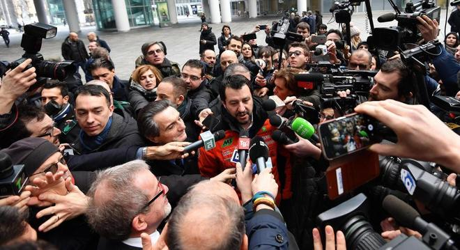 El líder de la ultraderechista Liga, Matteo Salvini, atiende a los medios hoy en Milán, Italia.