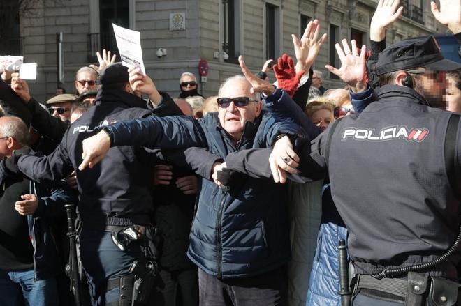 Jubilados protestan frente al Congreso de los Diputados.