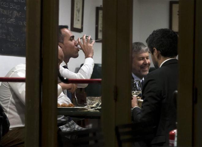 El candidato a primer ministro Luigi Di Maio durante una cena con los líderes del Movimiento Cinco Estrellas, el lunes.