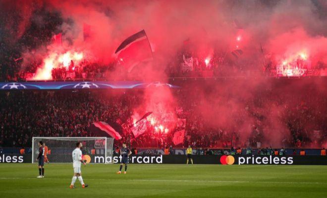 Las bengalas de los ultras del PSG, en el Parque de los Príncipes.