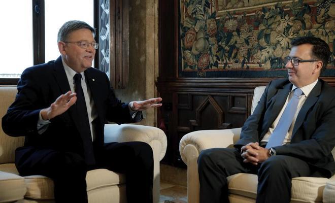 El president de la Generalitat, Ximo Puig (i), recibe en audiencia al vicepresidente del Banco Europeo de Inversiones (BEI), Román Escolano (d)