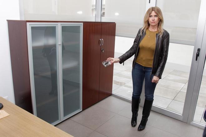 La edil Eva Montesinos en el despacho de Urbanismo con el aparato.