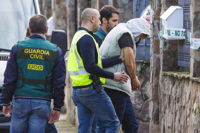 Patrick Nogueita, entrando en la casa del crimen para reconstruir los hechos.
