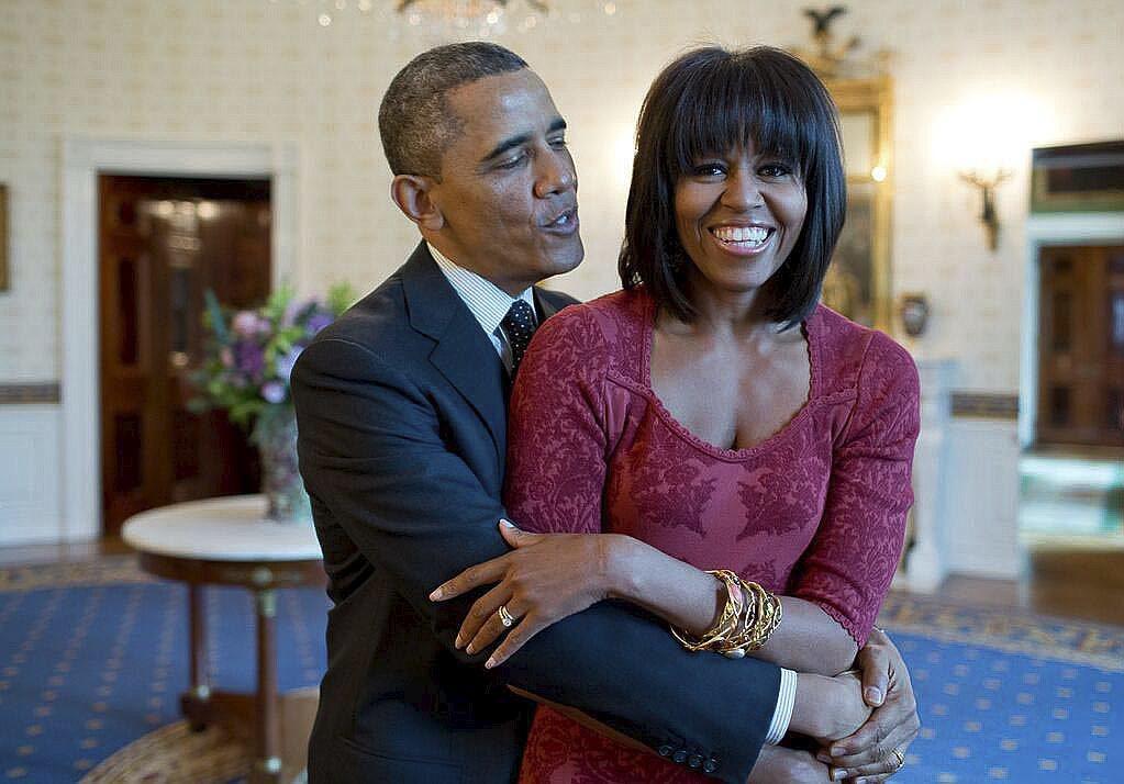 Barack Obama abraza a su mujer en una imagen en la Casa Blanca en 2014.