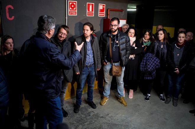 El secretario general de Podemos, Pablo Iglesias, y el coordinador general de Catalunya en Comú, Xavier Dòmenech, durante su visita a las 121 familias que residen en el bloque de Sant Joan Despí.