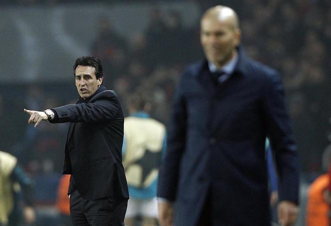 Unai Emery, técnico del PSG, con el madridista Zinedine Zidane en primer plano.