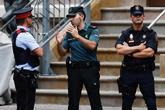 Un agente de la Guardia Civil (en el centro) habla con uno de los...