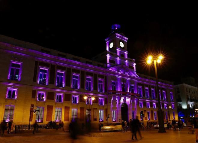 Sede de la Comunidad de Madrid en la Puerta del Sol con los colores...