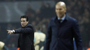 Unai Emery, técnico del PSG, con el madridista Zinedine Zidane en...