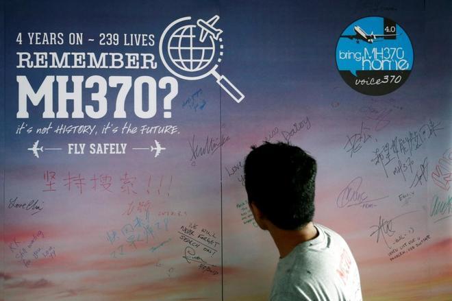 Un hombre mira un cartel de mensajes en conmemoración de la desaparición del avión de Malaysia Airlines MH370 en Kuala Lumpur (Malasia).