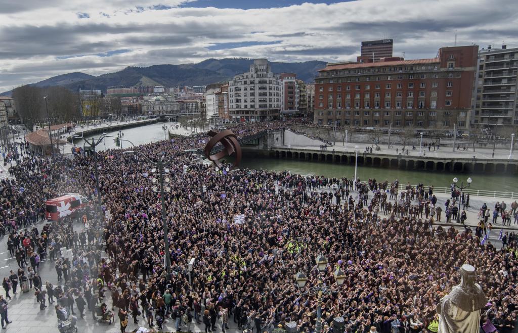 Miles de mujeres pasan ante el Ayuntamiento de Bilbao.