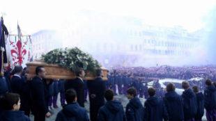 Aficionados despiden a Davide Astori tras el funeral.