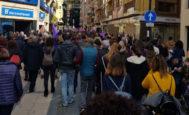 Manifestación en el mediodía de este martes en Castellón por la igualdad de derechos entre hombres y mujeres.