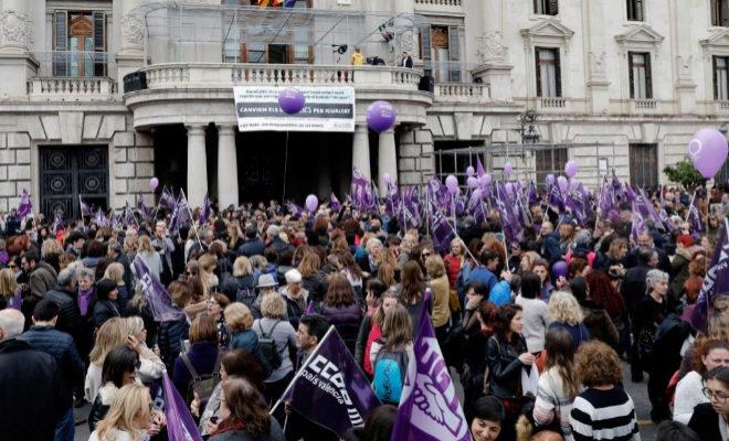 Cientos de mujeres durante la manifestación convocada por colectivos...