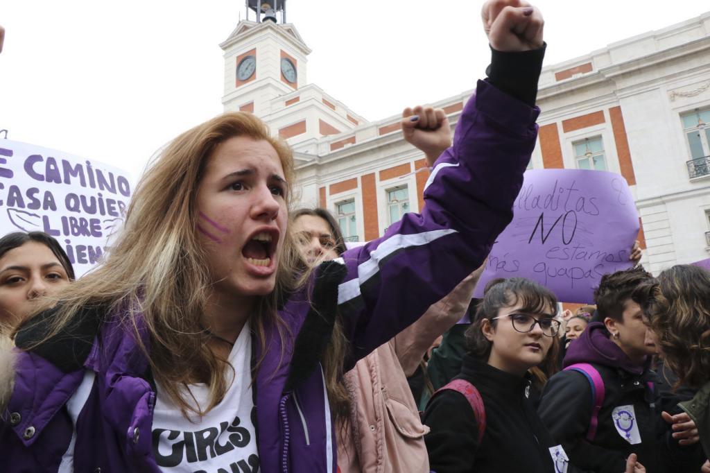 Una chica en la madrileña Plaza de Sol durante la concentración...