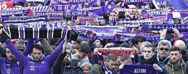 Miles de aficionados de la Fiorentina, frente a la iglesia.