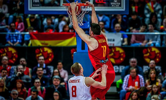 Arteaga se cuelga del aro de Montenegro durante el reciente España-Montenegro en Zaragoza.