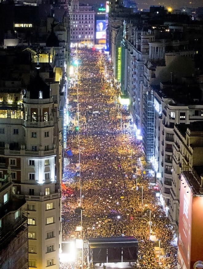 La multitudinaria manifestación feminista del 8-M en Madrid a su paso...