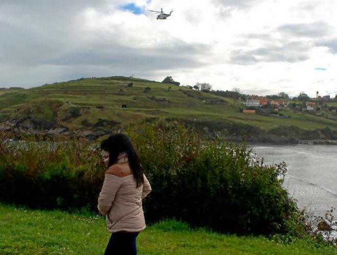 Un helicóptero trabaja en las labores de búsqueda de Concha en la playa de Santa María del Mar