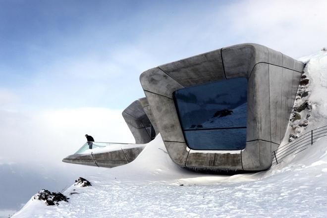 Los miradores del Museo Messner diseñado por Zaha Hadid cuelgan del borde de la montaña de Corones, Tirol del Sur.