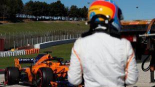 Fernando Alonso, tras retirarse del entrenamiento por un problema...