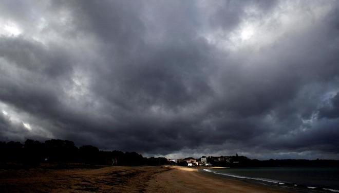 La playa Grande de Miño, en A Coruña, con el cielo encapotado.
