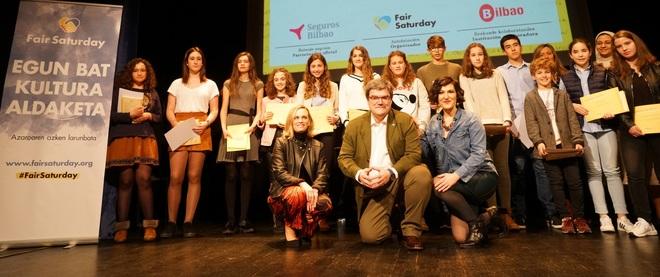 El alcalde de Bilbao posa con los premiados del concurso de cuentos.