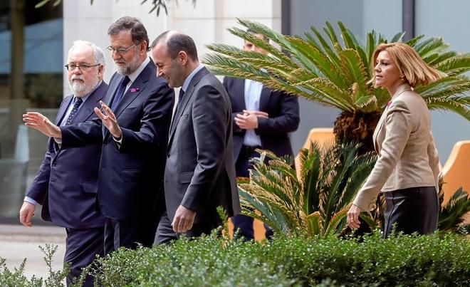Mariano Rajoy charla con Manfred Weber, el jueves en Valencia, junto a...