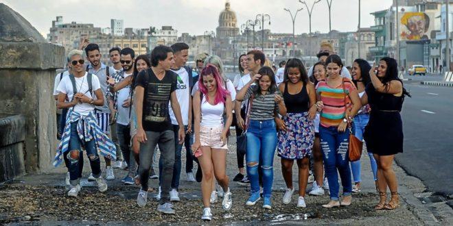 Un grupo de jóvenes 'youtubers' cubanos pasean juntos por el Malecón, en La Habana.