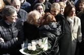 Pilar Manjón, madre de una de las víctimas, abraza a Manuela Carmena...