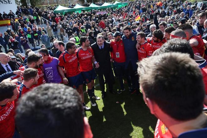 Los jugadores de España celebran su victoria con el Rey Felipe VI (c).