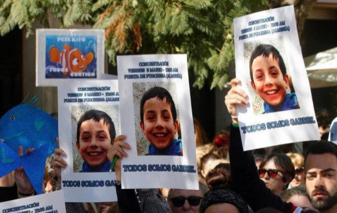 Un grupo de personas muestran carteles de apoyo a Gabriel en una concentración en Almería.