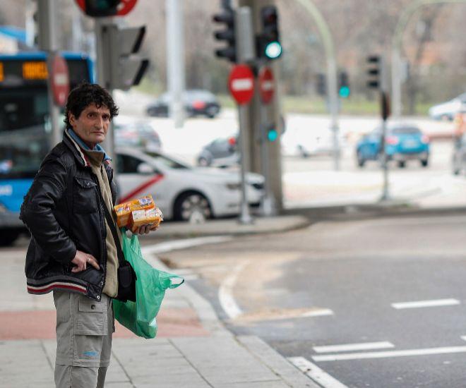 Gregorio Mejías, Goyo, la mañana del pasado miércoles junto al semáforo bajo el Puente de los Franceses, en Madrid, donde se gana la vida vendiendo cleenex.