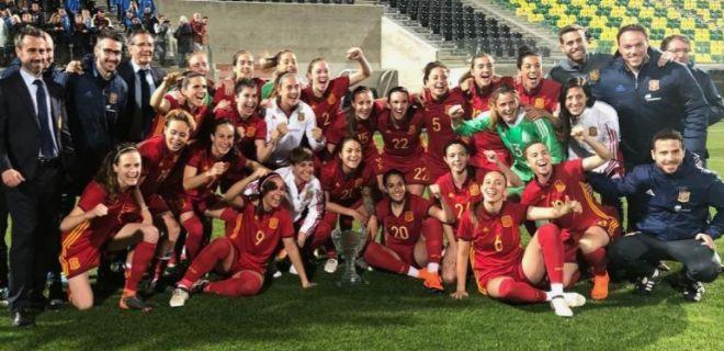La selección española, tras conquistar el título de la Copa Chipre el pasado miércoles.