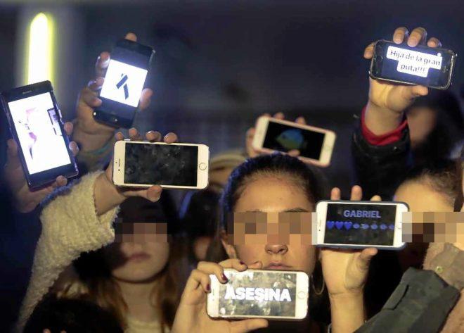 Varios jóvenes en la Comandancia de la Guardia Civil de Almería donde estaba Ana J. Quezada