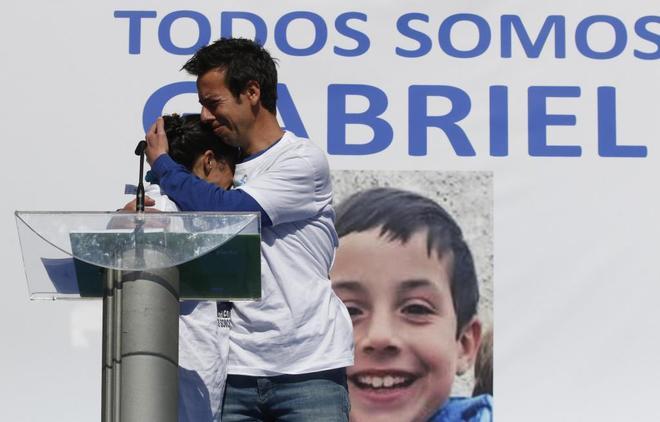 Los padres de Gabriel se abrazan, en una concentración en Almería.