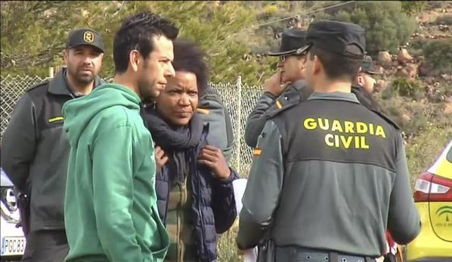 Ángel Cruz, padre de Gabriel, y su actual pareja, Ana Julia Quezada, conversan con la Guardia Civil durante la búsqueda del joven desaparecido.