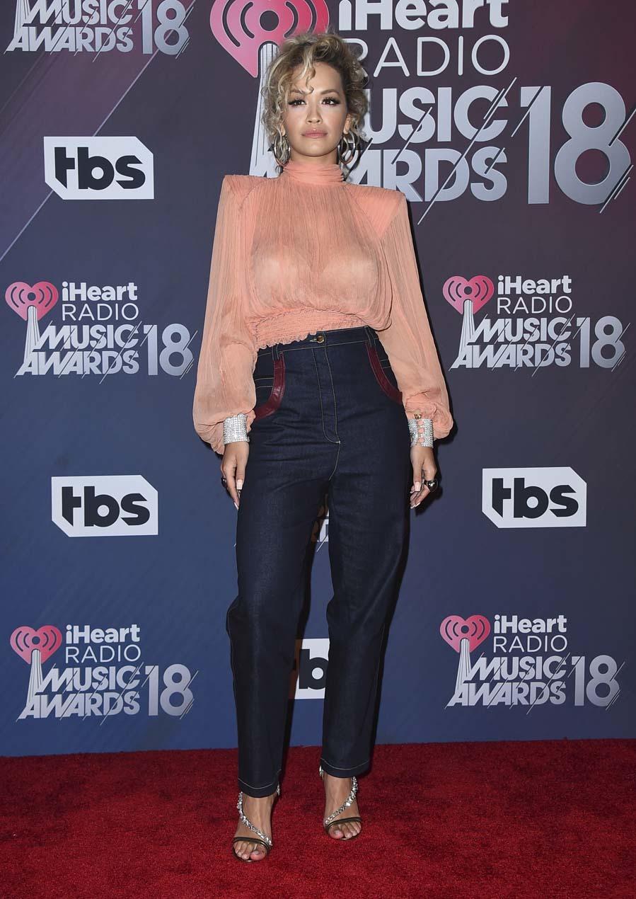 La cantante apostó por un look muy casual, con jeans oscuros y...