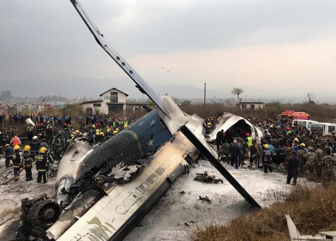 Trabajadores de rescate operan en el lugar del accidente en el aeropuerto de Katmandú (Nepal).