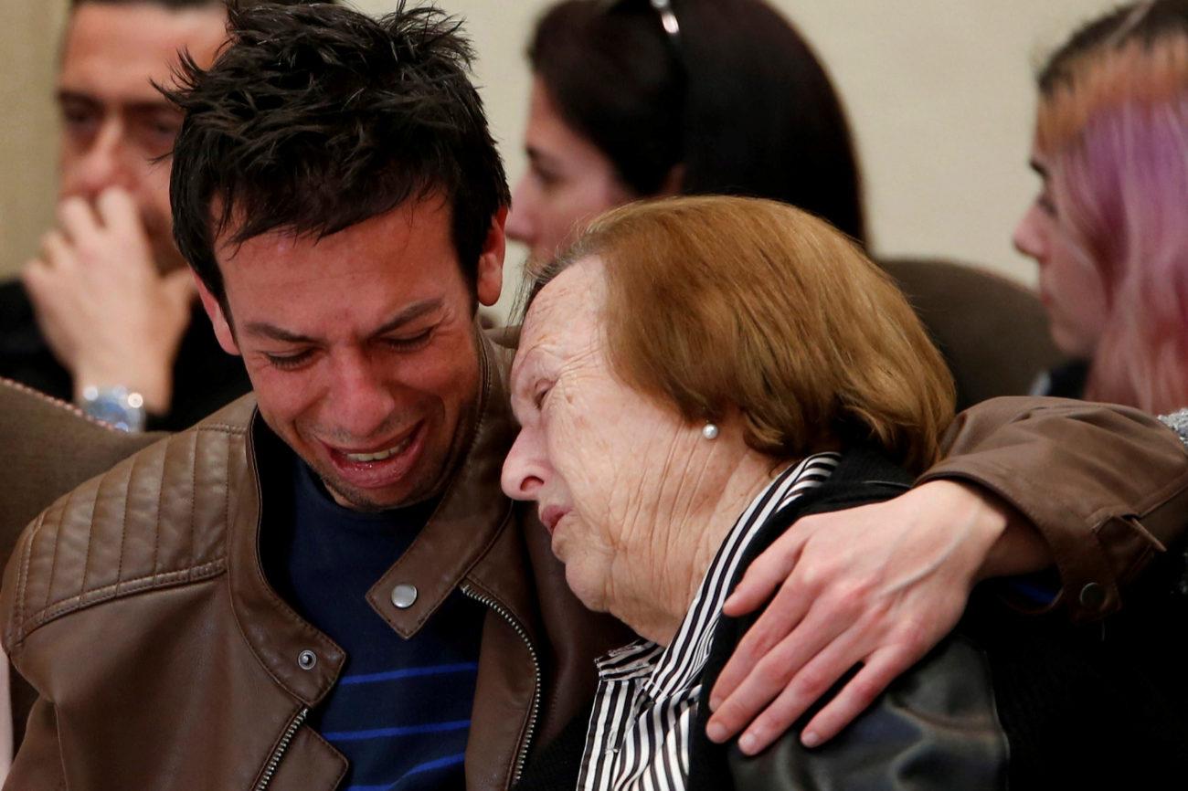 Llora desconsolado la pérdida de su hijo en la capilla ardiente