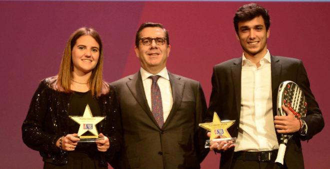 Ariana Sánchez y Alejandro Galán, con su Premio Elías Estrella.