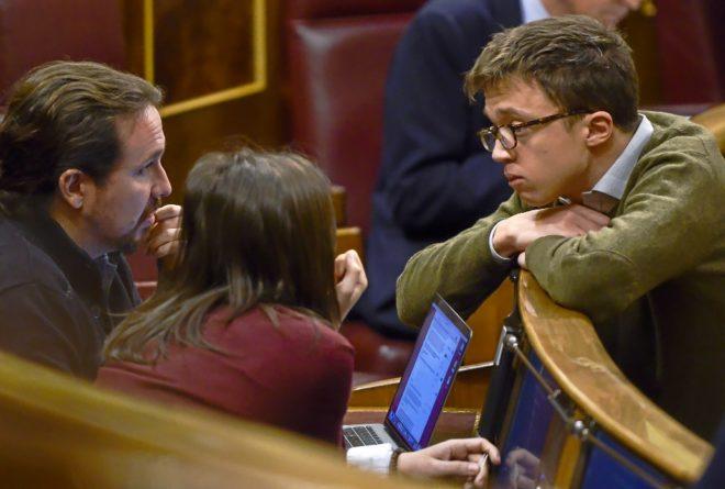 Pablo Iglesias e Irene Montero conversan con Íñigo Errejón durante...