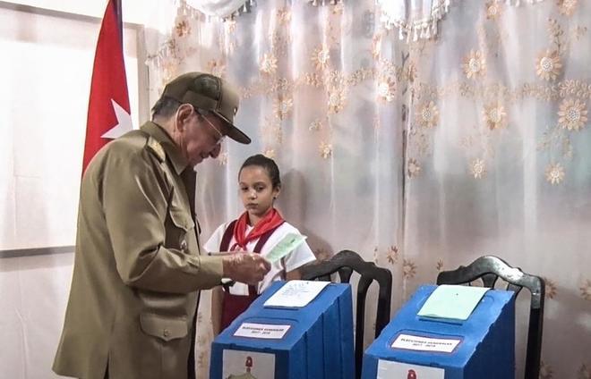 El presidente cubano Raul Castro vota en Santiago de Cuba, ayer.