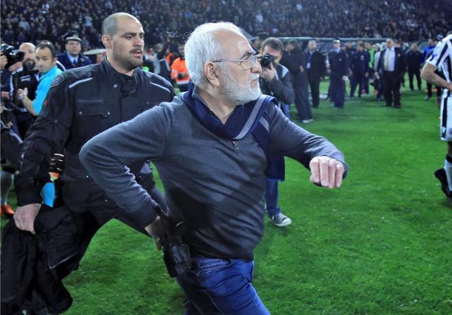 El presidente del PAOK Salónica, Ivan Savvides, saltó al césped en...