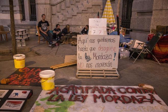 Acampada contra la 'ley mordaza' en la plaza del Ayuntamiento de Madrid.