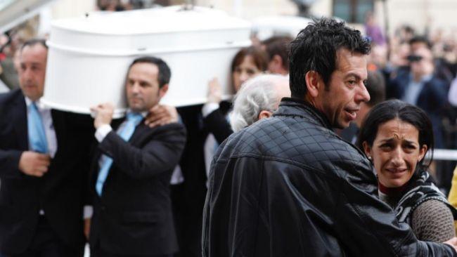 Los padres de Gabriel, antes de comenzar el funeral.