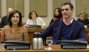 El secretario general del PSOE, Pedro Sánchez, con la portavoz de los...