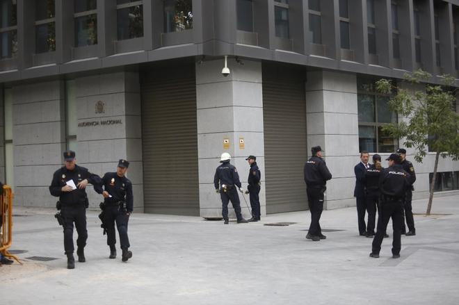 Agentes de la Policía Nacional vigilan los alrededores de la Audiencia Nacional, el pasado noviembre.
